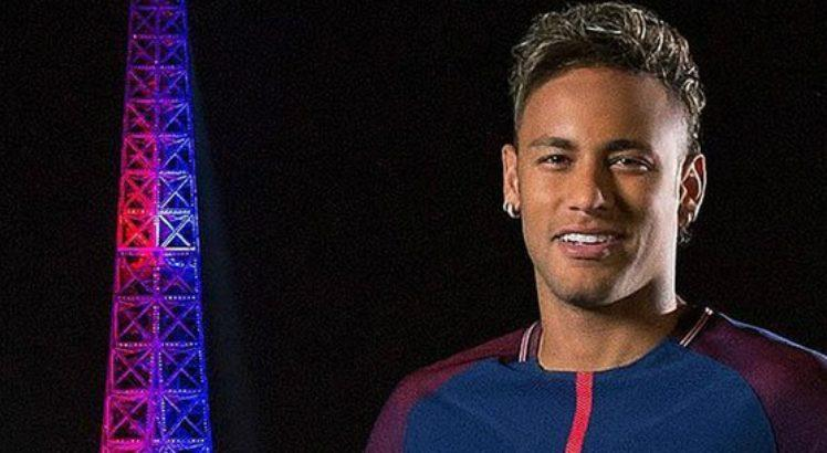 Homenagem a Neymar na Torre Eiffel desagrada parisienses